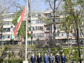 白罗斯驻华外交机构降半旗 参加国内悼念活动