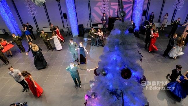 晚礼服,露背装和军人的英姿,白俄罗斯军校学生新年舞会