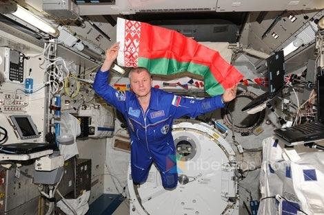白俄罗斯人诺维茨基在国际空间站上向人们祝贺航天日